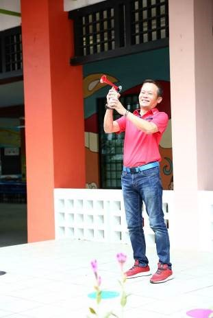 Guest of honour Mr David Ong pressing the air horn to kick start the event.